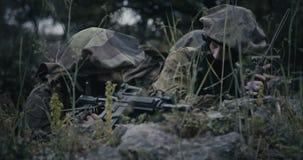 Isra?lische militairen in een toezicht en verkenningsopdracht die verrekijkers met behulp van stock footage