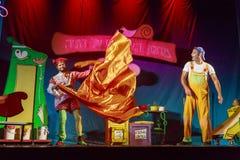 Israel, cerveja-Sheva - dois atores na fase da capa de chuva alaranjada 2015 do teatro das crianças judaicas Imagens de Stock