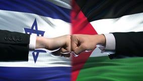 Israel contra el conflicto de Palestina, relaciones internacionales, puños en fondo de la bandera almacen de metraje de vídeo