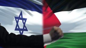 Israel contra la confrontación de Palestina, conflicto religioso, puños en fondo de la bandera metrajes