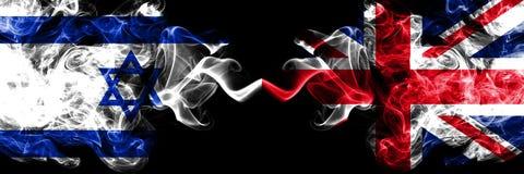 Israel contra Reino Unido, bandeiras místicos fumarentos britânicas colocadas de lado a lado Grosso colorido de seda fuma a bande ilustração stock