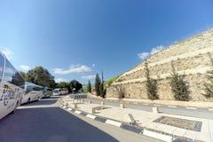 israel - 17 de fevereiro 2017 Pare ônibus com os peregrinos para admirar a vista do mar de Galilee do monte imagem de stock royalty free