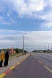 israel - 16 de fevereiro 2017 Peregrinos na estrada do al-Yahud de Qasr ao Jerusalém Imagem de Stock