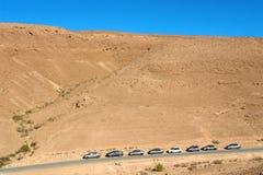 Israel, desierto, aparcamiento del durmiente a lo largo del camino. Fotos de archivo libres de regalías