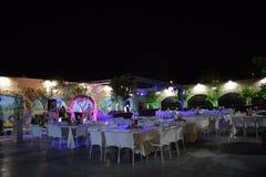 Israel, Dimona, Salão de ANSR 2018 das celebrações - Salão das celebrações com tabelas e cadeiras na noite imagens de stock royalty free