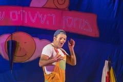 Israel, el Negev, cerveza-Sheva - celebración 2015 de Jánuca en el teatro de la juventud Un actor que lleva una máscara Imagen de archivo