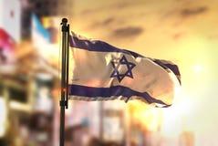 Israel Flag Against City Blurred-Achtergrond bij Zonsopgang Backlight Stock Foto