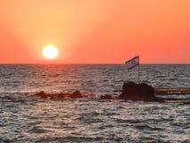 Israel flagga framme av solnedgången Arkivfoton