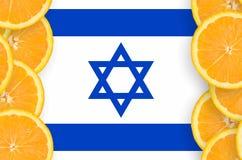 Israel flagga i vertikal ram för citrusfruktskivor arkivfoton