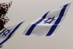 Israel flagga som blåser i vinden Arkivbild
