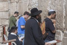 Israel - gammal stad av Jerusalem - judiskt folk som ber på waen royaltyfri foto