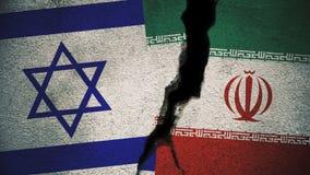 Israel gegen der Iran-Flaggen auf gebrochener Wand Stockbild