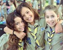 Israel Girl Scouts sur le chemin à la colonie de vacances Photographie stock libre de droits