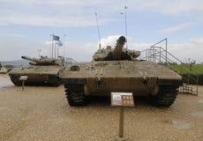 Israel gjorde Merkava för behållare för den huvudsakliga striden fläck III (v) och fläck II (R) på skärm på museet för kår för Ya Arkivbilder