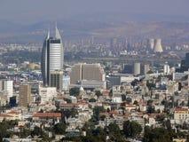 Israel, Haifa. Baje la ciudad y el área industrial. imagen de archivo