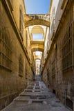 Israel, Jerusalem, Ansicht einer schmalen Straße, die mit seiner einzigartigen Treppe und den gelben Steinen der Altbauten steigt Stockbild