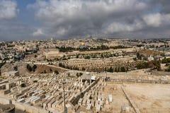 Israel, Jerusalem, Ansicht vom Mount Zion, über der alten Stadt, mit im Vordergrund, ein Teil der Tausenden der Gräber lizenzfreies stockfoto