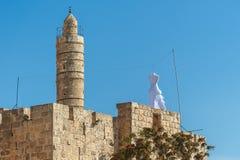 Israel Jerusalem, door de witte kleding op het dak van de muur rond Jeruzalem, de Joden kondigt de jom-Kippur festivalweek aan stock foto