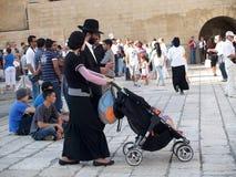 israel jerusalem En traditionell ortodox judisk familj på fyrkanten framme av den att jämra sig väggen Fotografering för Bildbyråer