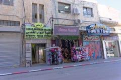 israel jerusalem - Februari 19 2017 Litet shoppar på bottenvåningen som säljer alla slag av material och Anwar Jerusalem Arkivbilder