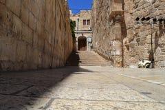 Israel - Jerusalem gammal stadsgata utan folk arkivbilder