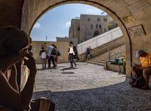 Israel Jerusalem, 15th September 2017 Sikt av ingången av den att jämra sig väggen, var folket kommer och går Royaltyfri Fotografi