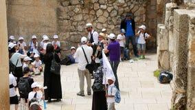 Israel Jewish barn och folk som utomhus dansar stock video
