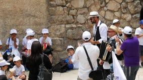 Israel Jewish barn och folk som utomhus dansar lager videofilmer