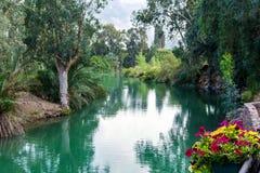 Israel, Jordan River - 5 de dezembro de 2016: de acordo com o gospel, Jesus Christ foi batizado nas águas do rio santamente imagem de stock