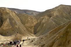 Israel, los turistas entre las montañas Imagen de archivo