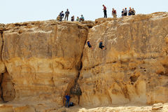 Israel, Mizpe Ramon - 27. April 2017 Gruppe Abseiling, das O ausbildet Lizenzfreie Stockfotografie
