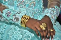 Israel, Negev, 2016 - as mãos descascaram anéis da noiva e de ouro Noiva em um vestido de turquesa Fotografia de Stock Royalty Free