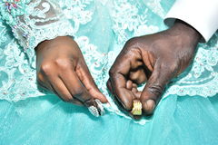Israel, Negev, 2016 - Eheringe in den Händen der schwarzen Haut der Braut und des Bräutigams Lizenzfreies Stockfoto