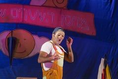 Israel, o Negev, cerveja-Sheva - celebração 2015 do Hanukkah no teatro da juventude Um ator que veste uma máscara e uma inscrição foto de stock