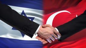Israel och Turkiet handskakning, internationell kamratskapförbindelse, flaggabakgrund arkivfilmer