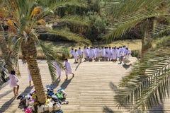 Israel October 22, Ansicht 2015 einer hölzernen Plattform mit Palme nahe bei dem Fluss Jordanien, wohin Leute in der weißen Kleid stockfotografie