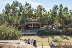 Israel October o 22 de outubro de 2015 ao longo dos bancos de Jordan River, pessoa na roupa branca quer ser batizado neste s Imagem de Stock Royalty Free