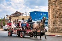 Israel, paseo del caballo de turistas en el viejo acre imágenes de archivo libres de regalías