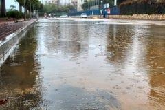 Israel vinterväder Regn hällregn: Översvämma på bilvägen royaltyfri bild