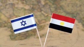Israel y Egipto señalan los pernos por medio de una bandera en un concepto del mapa del mundo, políticas o diplomáticas de las re fotos de archivo libres de regalías