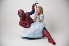 Israele, telefono Aviv October 14, 2018 Lo Spiderman sta tenendo una bambina nelle sue armi Un uomo in un vestito dello Spiderman immagini stock