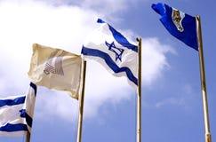 Israelflaggor mot himlen royaltyfri foto