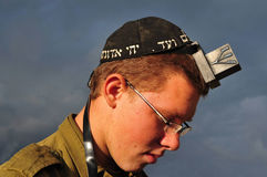 Israeli soldier pray Stock Image