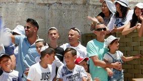 Israelische Familie feiert nahe Klagemauer stock video footage