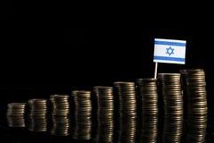 Israelische Flagge mit Los Münzen auf Schwarzem lizenzfreie stockfotografie