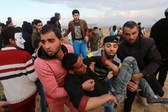 Israelische Kräfte intervenieren auf Palästinenser während die Demonstrationen nahe Gaza-Israel-Grenze, im südlichen Gazastreifen lizenzfreies stockfoto