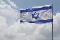 Israelische Markierungsfahne auf Hintergrund von cloudscape lizenzfreie stockfotografie