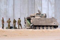 Israelische Soldaten außerhalb des bewaffneten Fahrzeugs Lizenzfreies Stockbild