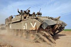 Israelische Soldaten auf bewaffnetem Fahrzeug Stockbild