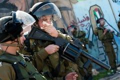 Israelische Soldaten beeinflußt durch Tränengas Stockfotografie